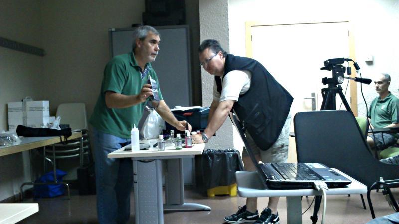 Taller práctico de manejo de pHmetro digital durante una reunión.