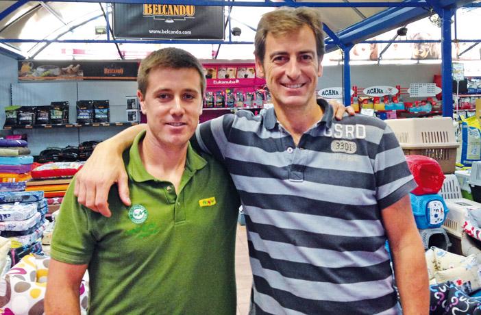 Txente Martínez (dcha.), propietario y gerente de G.C. Mundo Verde, junto a David Norniella.