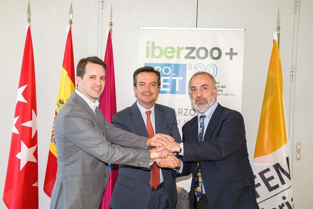 Lluc Ferrer, presidente de AEDPAC; Eduardo López Puertas, director general de IFEMA; y José Ramón Escribano, presidente de AMVAC.